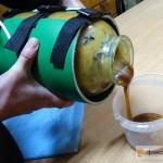 переливаем мёд в пластиковую ёмкость