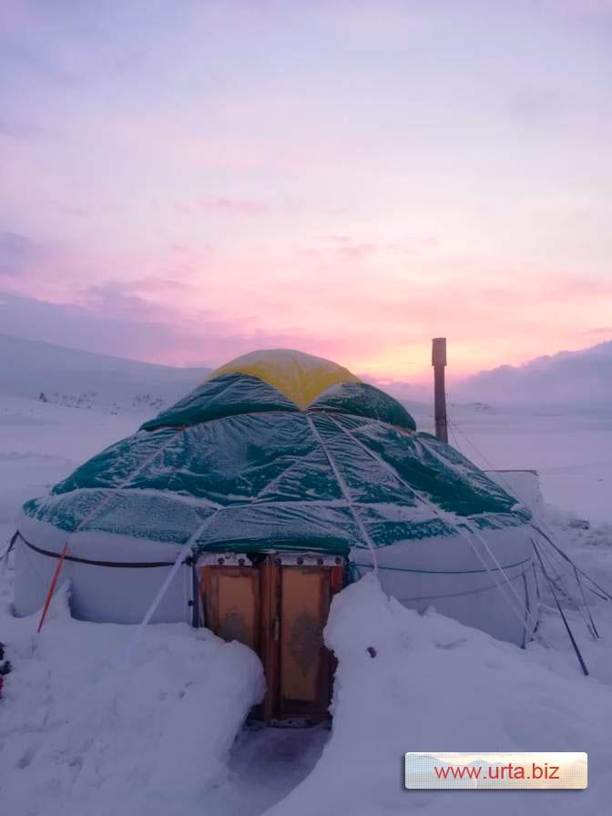 Отапливаемая юрта в снегу