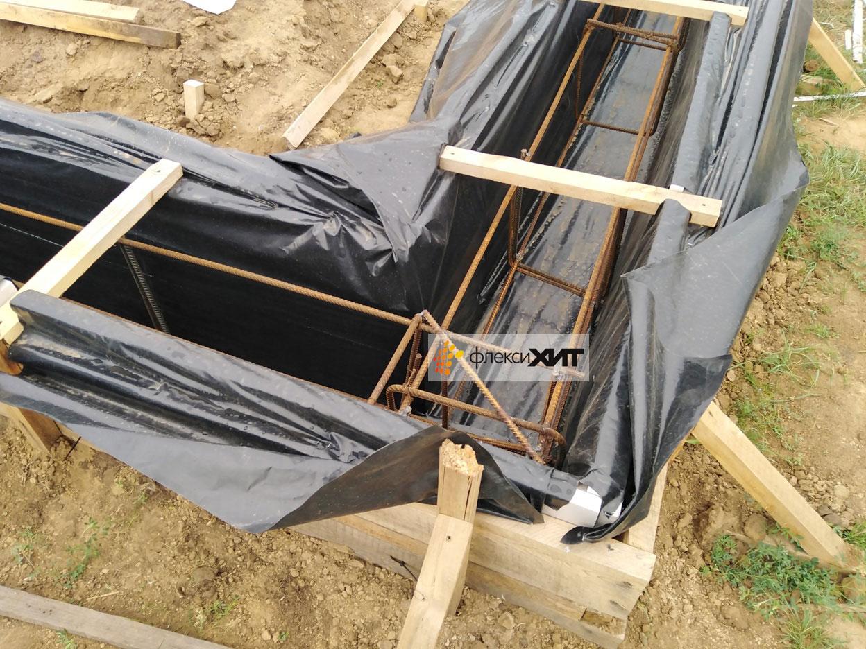 Опалубка под ленточный фундамент перед заливкой бетона