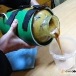 переливаем мёд из банки